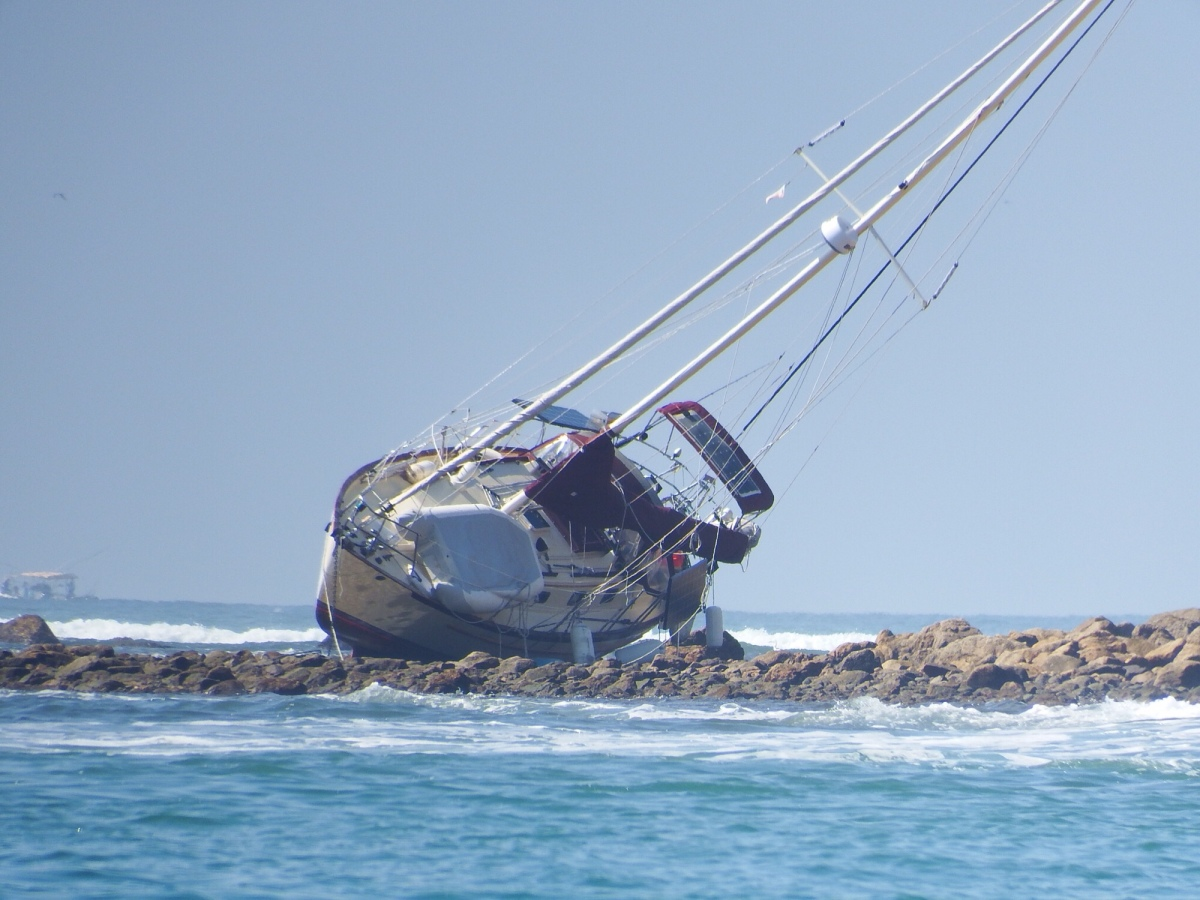Sailboat ends up on reef in Mexico-updated